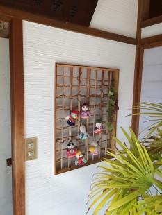 お気に入りの壁です。かわいいお人形で和みます。