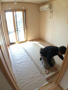 床が汚れたり、傷つかないように専用のシートを敷き、保護します