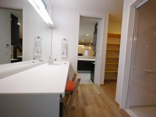 キッチンからつながる パウダールーム・浴室 乾燥コーナー