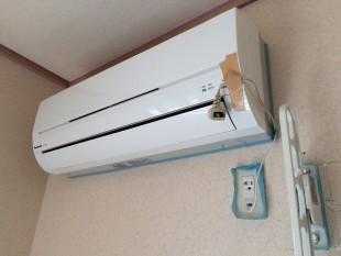 エアコンやコンセント周りも漆喰が付かないように保護します