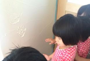 漆喰の壁に皆で手形を残すのは 如何でしょうか?