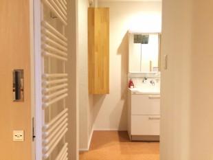 洗面脱衣室 手前左に見えるのが  タオル掛け型の暖房器
