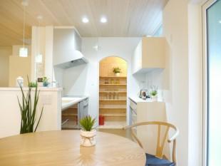 アールの食品庫入口が可愛い キッチン