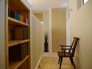 2階廊下は物干し場 本棚の先が 風のない冷暖房機(白)